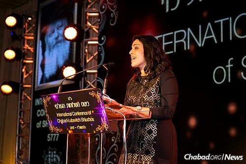 Chani Shemtov, originally from Johannesburg, South Africa, and now co-director of Chabad at the University of Illinois, served as the evening's MC. (Photo: Chavi Konikov)
