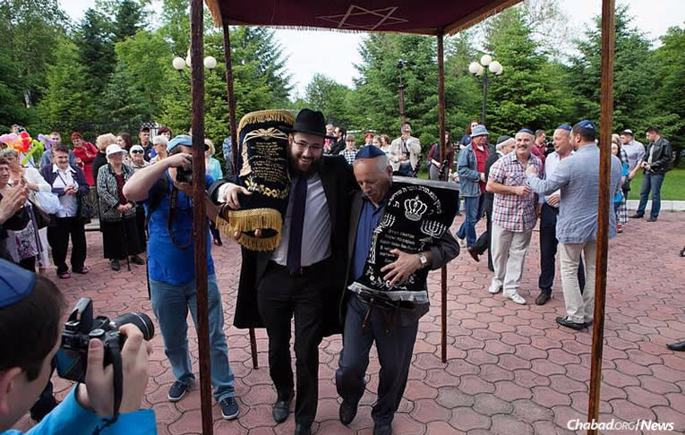 Rabbi Eli Riss, left, is among a growing number of locally-born Chabad emissaries in the former Soviet Union who has returned to lead the communities they grew up in. (Photo: gorodnabire.ru)