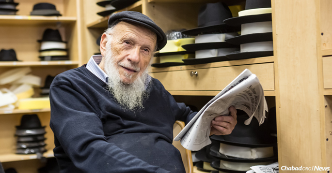 As 81-year-old Brooklyn-born Tzal Rotter remembers, authentic shmurah matzo was once a rarity. (Photo: Eliyahu Parypa/Chabad.org)