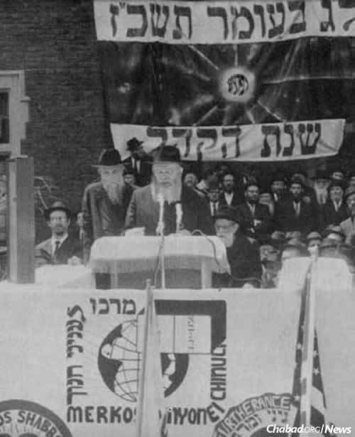 The Rebbe addresses a crowd of 20,000 people at the Lag BaOmer Parade of 1967. In the emotional address, he tasked those gathered, especially the children, with assisting their brethren in Israel. (Photo: JEM/The Living Archive)