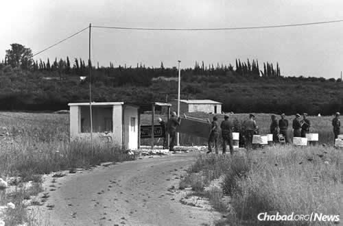 United Nations Emergency Forces dismantle the Kings Gate checkpoint on the Erez Road into the Gaza Strip on May 19, 1967. These troops left Sinai and Gaza after being ordered out by Egypt's President Gamal Abdel Nasser; their positions were promptly taken by the Egyptian military. (Photo: Moshe Milner/Israel Government Press Office)