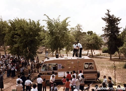 A mitzvah tank in Israel during the 1980s (Photo: Library of Agudas Chasidei Chabad)