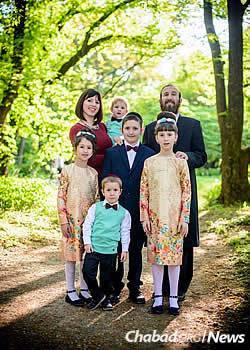 Rabbi Pinchas and Raizel Zaklas with their children in Zagreb, Croatia