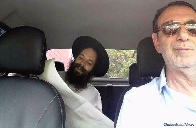 Milton Appelbaum viveu uma série de inesperados encontros que com prazer fizeram ele cumprir a mitsvá de tefilin diversas vezes, ao conduzir rabinos de Chabad a seus destinos. Aqui, o Rabino Nachman Stulman, co-director do Beit Chabad de Campinas, lê a Meguilá para o motorista de 63 anos durante uma corrida em Purim.