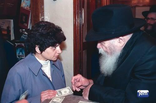 Yehudis Fishman reçoit un dollar du Rabbi des décennies après la réunion évoquée dans le livre.