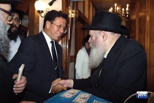 Yossi Ben Hanan reçoit un dollar du Rabbi.