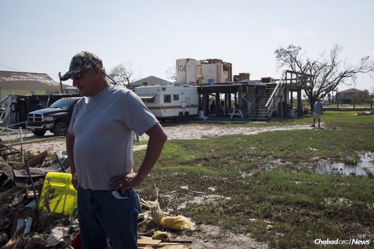A local resident assesses the damages to his home and property in Rockport. (Photo: Verónica G. Cárdenas/Chabad.org)