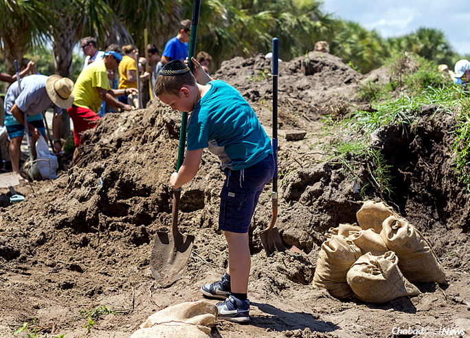 Men, women and children all over the state of Florida are digging in, filling sandbags and preparing homes and businesses for the brunt of Hurricane Irma, expected to make landfall on Sunday morning. (Photo: Chavi Konikov/Chabad.org)