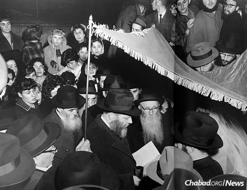 The Korfs married in 1960 in Brooklyn, N.Y. The Lubavitcher Rebbe—Rabbi Menachem M. Schneerson, center—officiating the ceremony. (Photo: Kehot Publication Society)