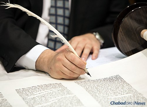 """Inscribing the final word, """"Israel,"""" referring to the Jewish people (Photo: Andrew Taylor)"""