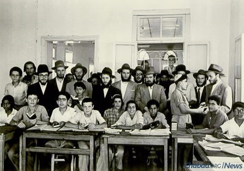 With schoolchildren in Israel (Photo courtesy of Yimei Temimim Archive)