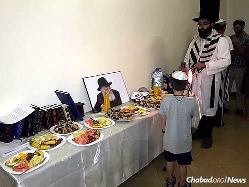 Les Raskin sont arrivés à Kampala pour le mois juif de Tichri et ont organisé les offices des fêtes dans leur nouvelle maison (cette photo a été prise à l'issue de Yom Kippour).