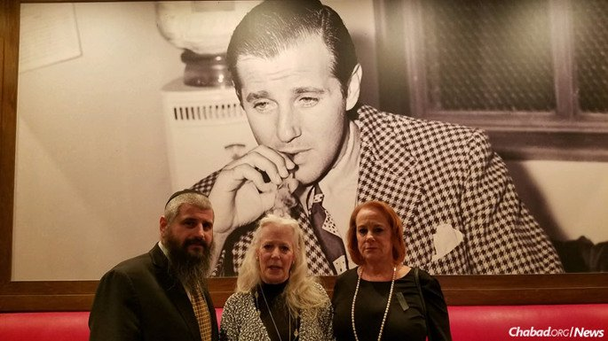"""Rabbi Mendy Harlig with Cindy Rosen, center, and Wendy Rosen, granddaughters of Benjamin """"Bugsy"""" Siegel, the charming, notorious Jewish mob figure widely recognized as the visionary behind modern Las Vegas."""