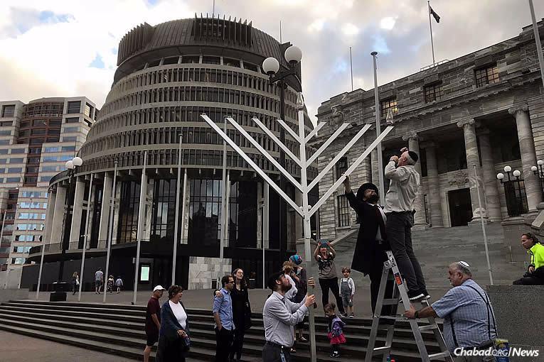 Le Rav 'Habad Mendel Goldstein, à gauche, prépare le premier allumage public de 'Hanouka cette année (5778) à la Chambre du Parlement à Wellington, Nouvelle-Zélande, mardi 12 décembre dernier, le premier soir de cette la fête de huit jours.