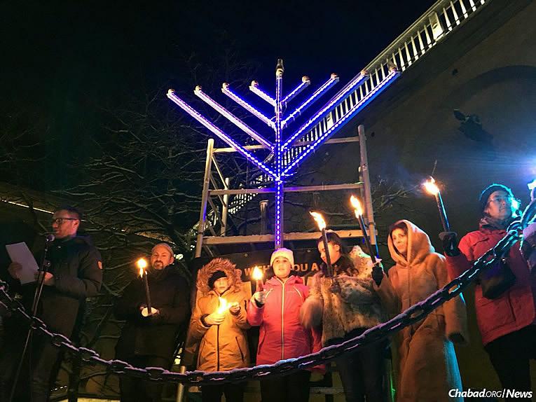 L'événement à Göteborg, en présence de la maire de la ville, Ann-Sofie Hermansson, a eu lieu quelques jours seulement après l'attentat à la bombe incendiaire contre une synagogue locale. Huit membres de la communauté forment ici une Ménorah humaine, diffusant vers le monde la lumière et un message juif positif.