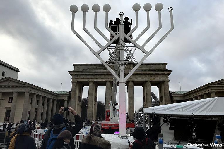 Une Ménorah organisée par 'Habad-Loubavitch de Berlin se dresse à la Porte de Brandebourg à Berlin, en Allemagne, mardi 12 décembre dernier, le premier des 8 soirs de 'Hanouka.