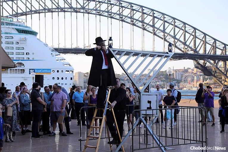 Le Rav 'Habad Danny Yaffe allume la Ménorah à l'Opéra de Sydney en Australie mardi 12 décembre dernier, le premier des 8 soirs de 'Hanouka.