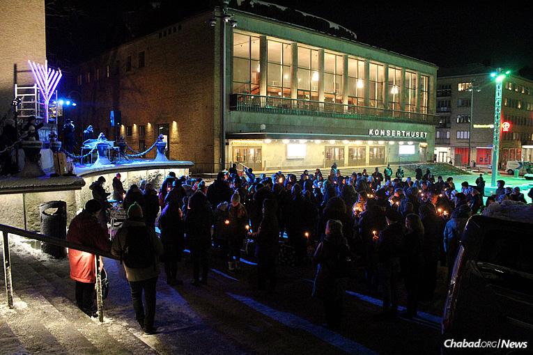 Rassemblement à Göteborg, en Suède pour allumer la Ménorah géante mardi 12 décembre dernier, le premier des 8 soirs de 'Hanouka.