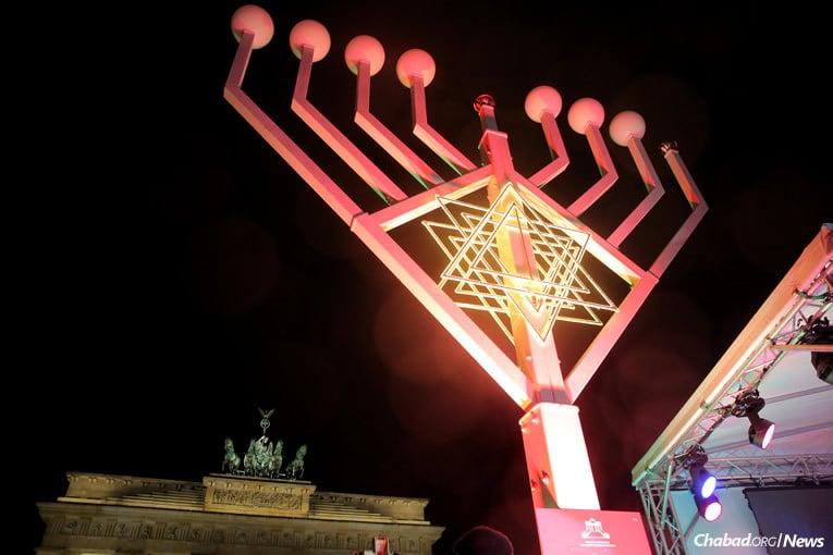 La lumière illumine la nuit devant la Porte de Brandebourg à Berlin.