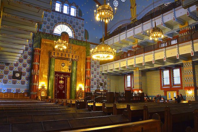 In this historic synagogue in Budapest's 7th district, the mechitzah takes the form of two layers of balconies for women. (Credit: Wiki Commons)