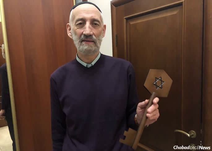 Boris (Boruch) Ramatsky, chairman of the Jewish community of Tomsk, displays a ceremonial key to the Soldiers' Synagogue.