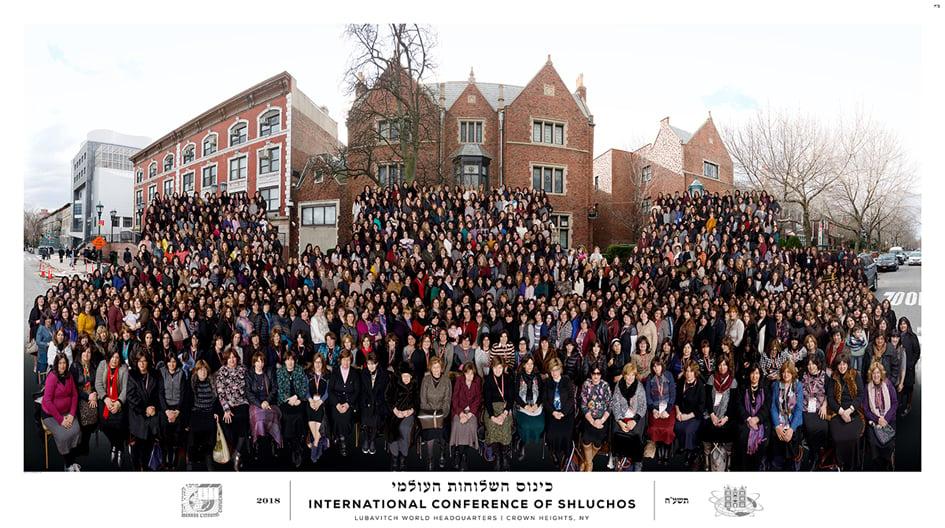Des femmes émissaires du monde entier se sont réunies pour une photo de groupe lors de la 26ème édition annuelle du Kinous Hachlou'hot, la Conférence Internationale des Femmes Émissaires du Rabbi à Brooklyn, New York.