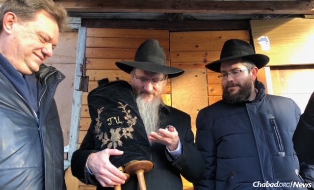 From left, on the steps of the Soldiers' Synagogue: Tomsk Mayor Ivan Klein; Chief Rabbi of Russia Berel Lazar, pointing to the historic Torah scroll; and Tomsk Chief Rabbi Levi Kaminetsky.