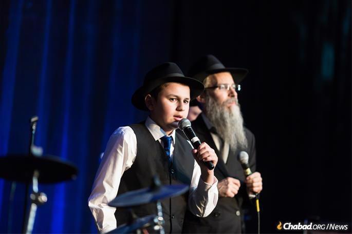 Singing with Avraham Fried. (Photo: Norina Kaye)