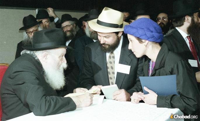 A couple in conversation with the Lubavitcher Rebbe