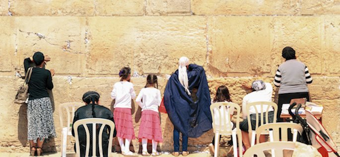 Des femmes juives priant au Kotel, également appelé le Mur Occidental ou le Mur des Lamentations. Le Kotel est adjacent au mont du Temple à Jérusalem, le site le plus sacré du judaïsme.