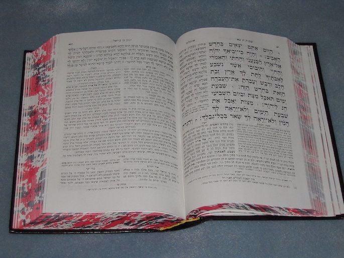 Em sua edição padrão dos Cinco Livros de Moshê com comentário, pode-se ver a tradução de Onkelos à esquerda do texto principal em hebraico.