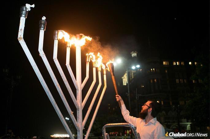 Light continues to shine in Mumbai. (Photo: Bombay Arthouse/Chabad.org)