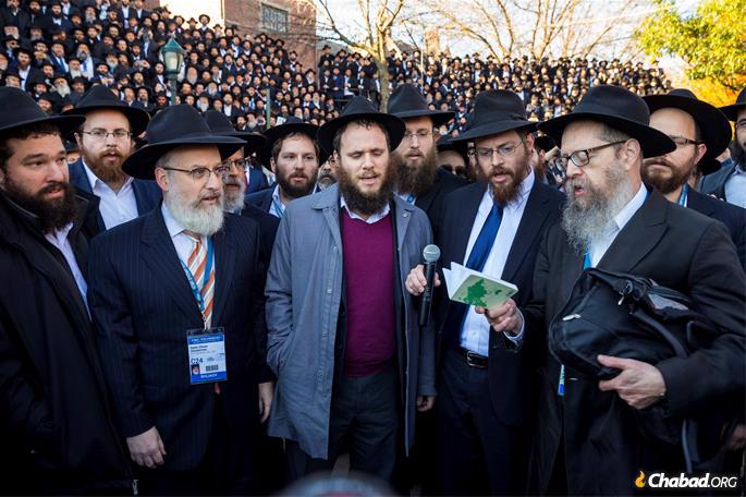 Thousands of Chabad-Lubavitch rabbis are led in prayer and solemn song by a delegation of rabbis from Pittsburgh in memory of those brutally murdered in the anti-Semitic shooting, prior to having a group picture taken in front of Chabad-Lubavitch world headquarters. (Credit: Mendel Grossbaum/Chabad.org)