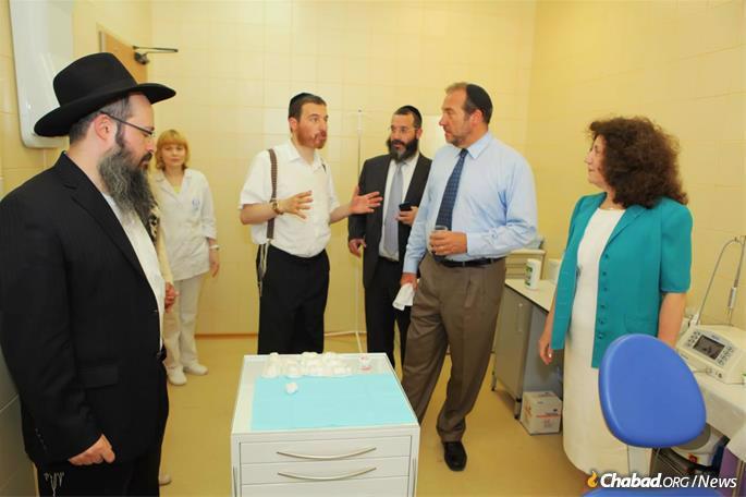 Eckstein receives a tour of the Shaarei Tzedek Social Services Center in Moscow.