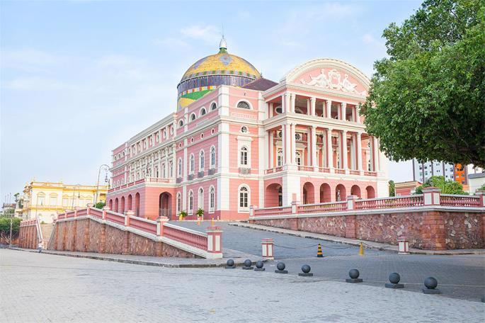 O Rabino saúda os turistas judeus no Teatro do Amazonas, um dos marcos mais impressionantes da cidade.