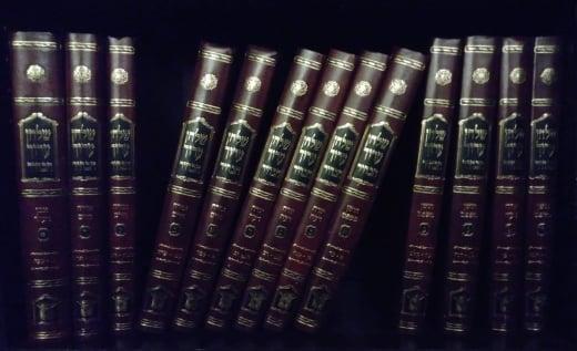 Un set moderno del Shulchan Arùch, con commenti è composto di numerosi volumi.