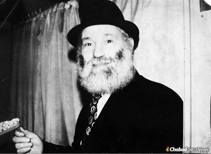 Rabino Zalman Kazen lidera uma alegre celebração de Purim.