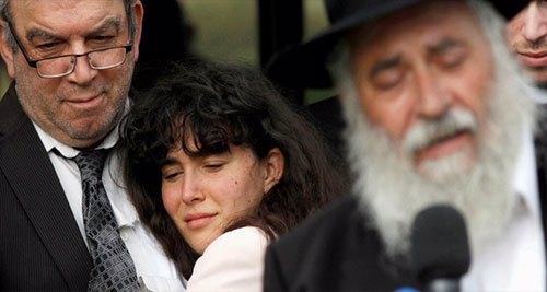 """Howard Kaye mantém sua filha Hannah Jacqueline Kaye no funeral de Lori Gilbert-Kaye, a única fatalidade do tiroteio de sábado na sinagoga Congregation Chabad em Poway, ao norte de San Diego, Califórnia, EUA, em 29 de abril de 2019. Foto: REUTERS / John Gastaldo.<br /> <b>Sobre a única vítima fatal, Lori Kaye: 'Ela tinha uma alma maior do que qualquer um de nós poderia imaginar"""".</b>"""