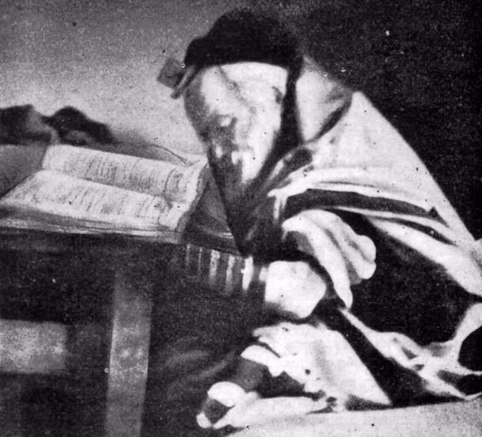 The Chofetz Chaim at prayer towards the end of his life. (Photo by Wikimedia)