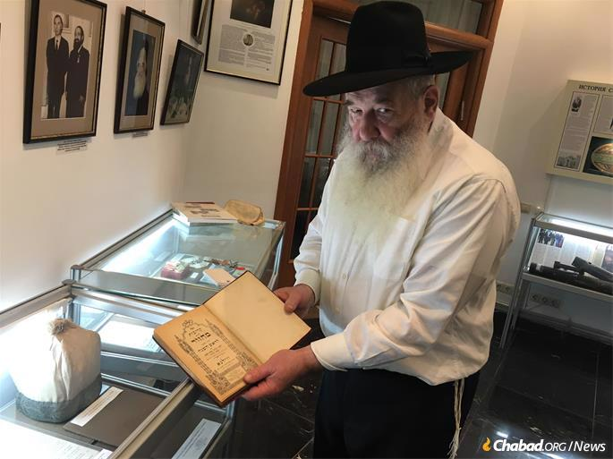 Kogan holds the High Holiday prayerbook of the synagogue's former leader, Chazzan Moshe Chaim Gurtenberg, who was arrested and executed by Soviet authorities in 1937.