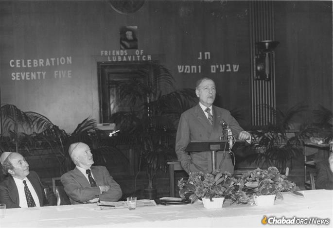 Herman Wouk addressing a Washington, D.C., audience during Celebration 75, which marked the Rebbe's 75th birthday in 1977. Former Vice President Hubert Humphrey looks on. (Photo: Lubavitch Foundation of Michigan/A Chassidishe Derher)