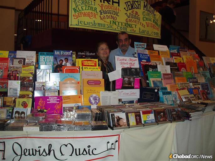 Пастернак и его жена Голди пропагандировали еврейскую музыку на всевозможных  конгрессах и конференциях по всему миру