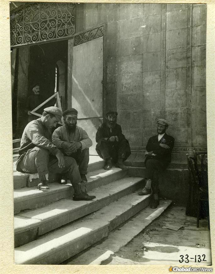 Jews on the steps of the synagogue in Kutaisi, 1929. (Credit: Mark Plisetsky/Peter the Great Museum of Anthropology and Ethnography [Kunstkamera]).