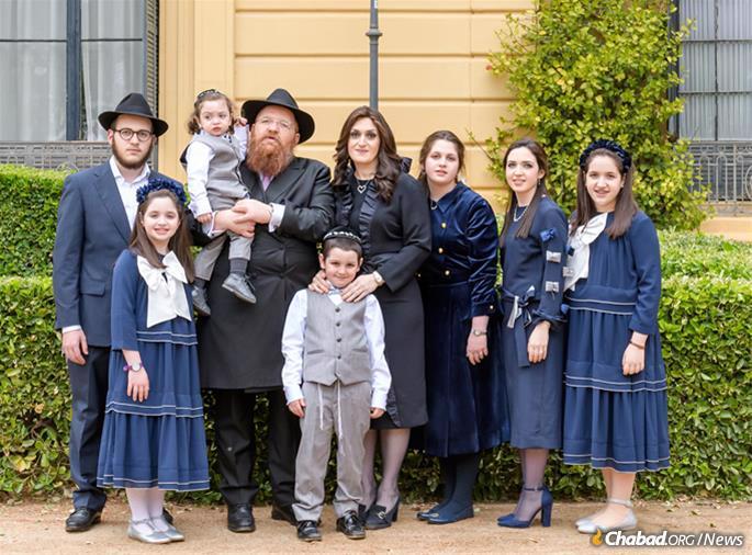 Os Liebersohns educam seus filhos por intermédio da escola online Chabad, a Nigri International Online Shluchim School. Seus filhos adolescentes estudam em Israel.
