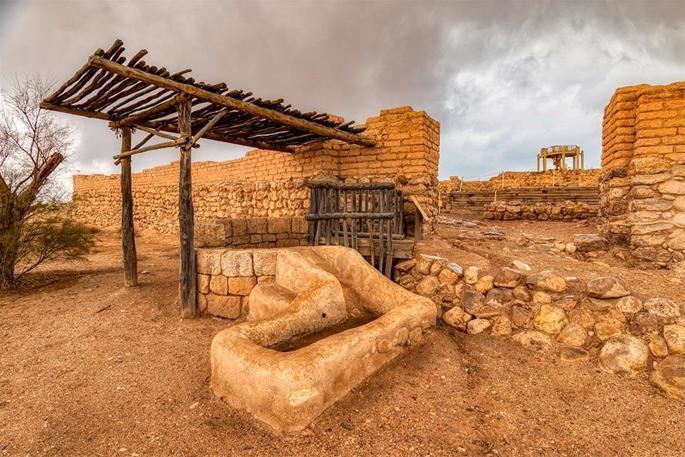 A entrada para a Biblical Tel (Be'er) Sheva, repleta de paredes, portão e um poço profundo fora do portão, para que visitantes e animais pudessem obter água com facilidade: sinais de segurança e hospitalidade. (Crédito: Seth Aronstam)