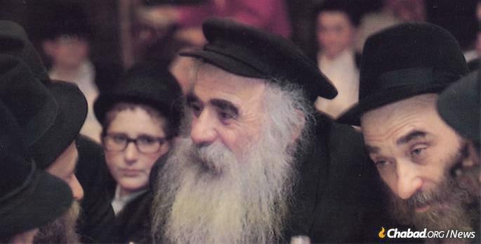 Mochkin, right, with the Reb Mendel Futerfas, center.