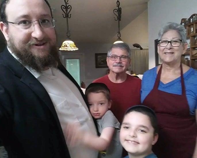 L'auteure dans sa cuisine avec son mari, Lee, et le Rav Yossef Goldwasser avec ses fils Mendel et Berel.