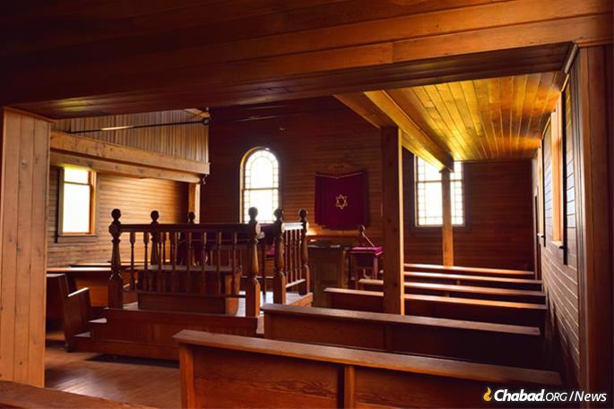 Wood paneling covered the entirety of the sanctuary, with the women's gallery overlooking the bimah in the center.