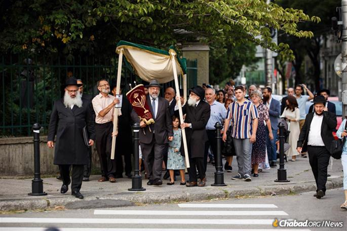 The procession returned to the hotel where the Torah had been finalized under the direction of scribe Rabbi Shimon Shimonov of neighboring Austria.