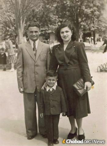 Shmulburd with his parents in Ukraine in the 1950s